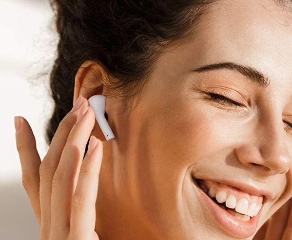 placing-earbuds-in-ear
